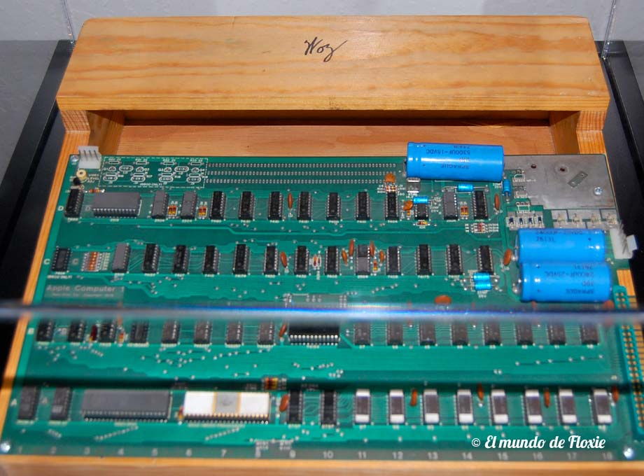 Motherboard de una Apple 1 montada en gabinete de madera y firmada por Steve Wozniak - Computer History Museum en Silicon Valley