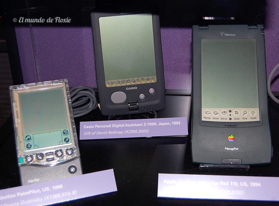 La famosa Palm Pilot , la PDA de Casio y la Newton de Apple. Precursores de los smartphones y tablets actuales - Computer history museum en Silicon Valley