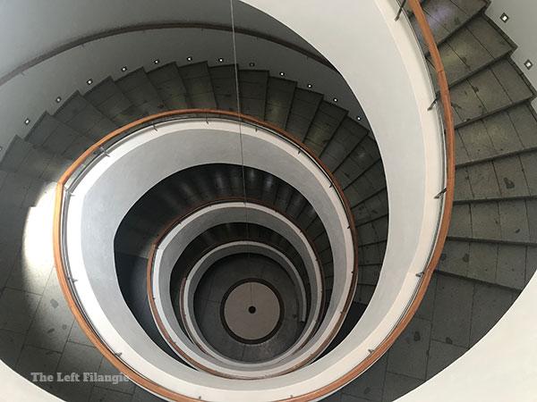 Escalera que une los 6 pisos de la bodega Apostolle en el Valle de Colchagua